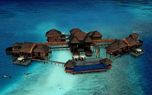 Aux Maldives, la plus grande villa sur pilotis