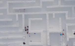 Un gigantesque labyrinthe de glace s'installe en Pologne
