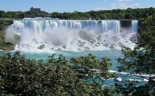 Une tyrolienne installée aux chutes du Niagara