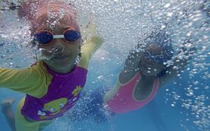 Philippines : des cours de natation pour prémunir les enfants de la noyade