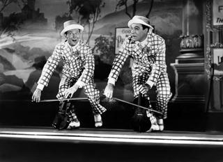 Les acteurs américains Donald O'Connor et Gene Kelly (à droite) dans le film Chantons sous la pluie de Stanley Donen