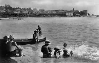 Carte postale de 1932 figurant des vacanciers à Sainte-Maxime-sur-Mer, sur la Côte d'Azur.