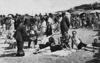 Carte postale de 1936: bain de soleil sur la plage de Trouville en Normandie.