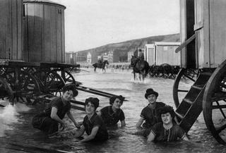 Un groupe de baigneuses , vers 1910, sur la plage de Boulogne sur Mer.