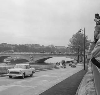 Ouverture à la circulation de la prolongation de la voie sur la berge de la Seine à Paris (voie qui passe sous le pont de l'Alma) le 5 octobre 1960.
