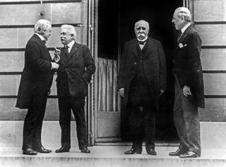 Georges Clemenceau (au centre de face), homme politique français, avec l'américain Thomas Woodrow Wilson lors du Traité de Versailles en 1919. Á gauche l'anglais David Lloyd George discutant avec l'italien Vittorio Orlando.