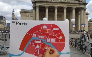 Fournie avec le livret Love Paris, la carte où placer les autocollants des lieux visités.