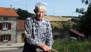Yves Bagès, paysan à la retraite, devant sa ferme à Novéchaze (commune d'Ally, Haute-Loire). «Je suis cerné et cela me donne des migraines.»