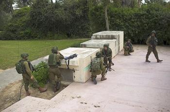 Des soldats de Tsahal se mettent en position