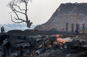 Depuis des années, le feu se propage dans les veines de la mine. Peu à peu, le sous-sol s'affaisse, menaçant de destruction plusieurs maisons des villages alentour.