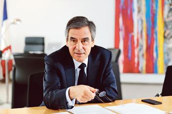 «Le seul candidat qui est aujourd'hui en mesure de rassembler une majorité pour redresser la France, c'est moi. Ce n'est pas M.Macron. Pas M.Hamon. Pas MmeLePen», assure François Fillon.