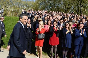 François Fillon fait une photo de famille avec les candidats aux législatives.