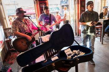 Sur 6th Street, chaque club accueille plusieurs groupes de musique par soirée.