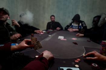 On joue beaucoup en cité. La pauvreté pousse à tenter sa chance. Ici, une partie de poker clandestine organisée dans un appartement vide.