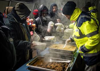 Toujours à Calais, des migrants prennent un repas chaud, distribué par l'association «La vie active» en janvier dernier.