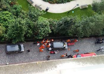 Des secouristes s'occupent des militaires blessés ce mercredi matin.