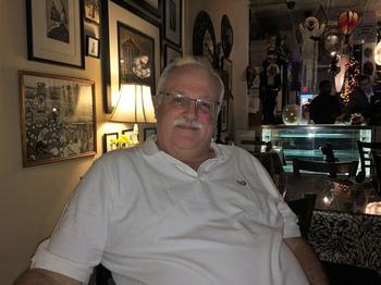 Guy Bass, un homosexuel de 58 ans né dans la municipalité et propriétaire d'un restaurant.