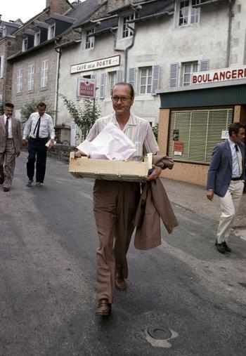 Jacques Chirac en visite en Corrèze en 1982, photographié par Abbas. Une cagette de cèpes dans les mains, il est suivi par son ami Michel Baroin (avec la barbe, à gauche)
