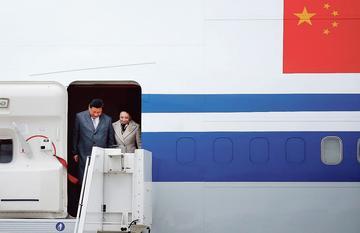 Le président chinois Xi Jinping et son épouse, à leur descente d'avion, dimanche.