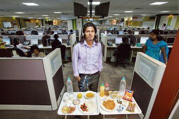 Bengalore, ville moderne et chaotique, attire en masse les entreprises occidentales séduites par une main-d'œuvre large et à faible coût (à droite, un call center).