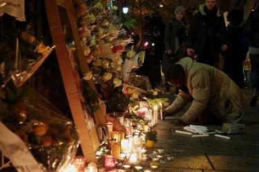 Des passants allument des bougies en mémoire des victimes des attentats du 13 novembre 2015