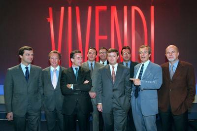 En 1998, les membres du comité exécutif de Vivendi, entourent le président du groupe de l'époque, Jean-Marie Messier. Crédit photo: ERIC FEFERBERG / AFP