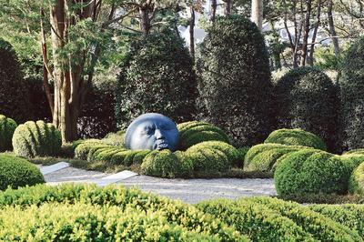 Des œuvres contemporaines se mêlent à la végétation, comme cette tête géante, de Samuel Salcedo.