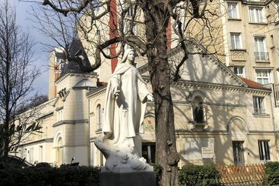La statue de Thérèse de Lisieux, aux Apprentis d'Auteuil, à Paris (XVIe).