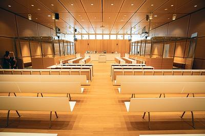 <b>Salle d'audience.</b> Une des deux salles high-tech prévues pour les grands procès avec de vastes box en verre pour accueillir les prévenus.