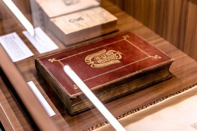 La bibliothèque de la SNHF entreprend aussi la rénovation de ses ouvrages les plus anciens.
