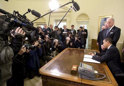 Le président Obama, signant un décret prévoyant la fermeture de Guantanamo, le 22 janvier 2009.