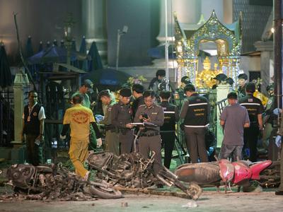 Au premier plan, la police et les secouristes. Au second plan, on aperçoit le temple Erawan, très visité par les bouddhistes et par les touristes. CP: AP/Mark Baker