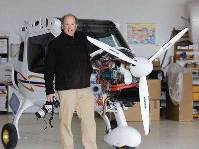 Alex MacLean et le Cessna 172 qu'il pilote.