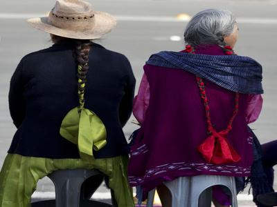 Deux femmes indiennes attendent le passage du pape vers la basilique de la Vierge de Guadalupe, à Mexico, le 13 février.