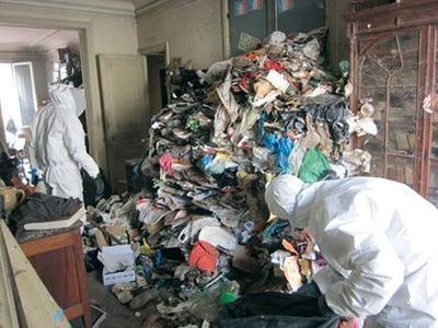 Des agents de la société Nettoyage Services Professionnels désemcombrent un logement.