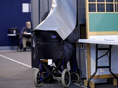 Une personne en fauteuil roulant vote pour le second tour des élections régionales en Bretagne le 13 décembre 2015.