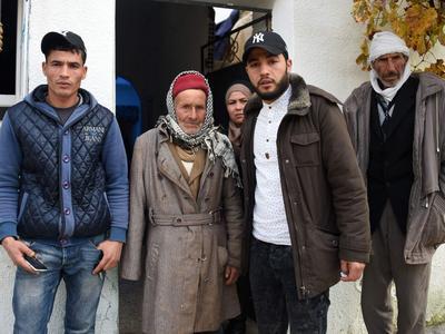Mustapha Amri, le père d'Anis Amri, entouré de ses fils Walid à gauche et d'Abdelkader à droite. Derrière, sa soeur Hanan. Tout à gauche, se tient l'oncle, devant la maison familiale à Oueslatia, le 22 décembre 2016.
