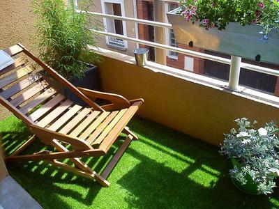 Le gazon synthétique apporte une agréable touche de vert sur un balcon. Photo: Exelgreen.
