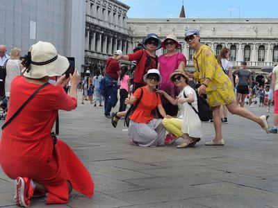 Des touristes sur la Place Saint Marc.