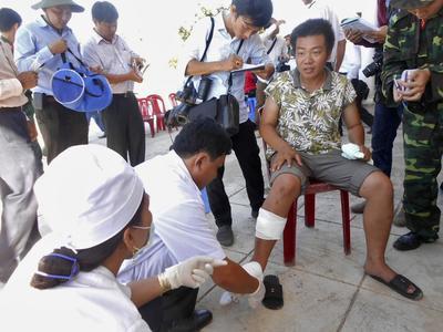 Un pêcheur vietnamien reçoit des soins à son retour après que son bateau a été coulé par un navire chinois, en 2014.