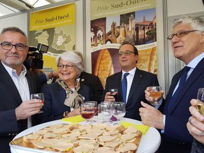 François Hollande intronisé dans la confrérie du melon de Lectoure.