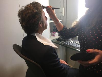 Stéphane Bern, au maquillage, avant le début de l'émission.