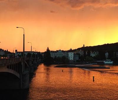 Prague au coucher de soleil sur le pont Jiráskův most