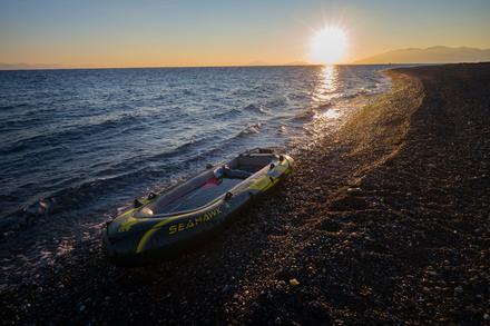 Sur les plages de Kos, il n'est pas rare de retrouver des dinghys et des centaines de gilets de sauvetage abandonnés.