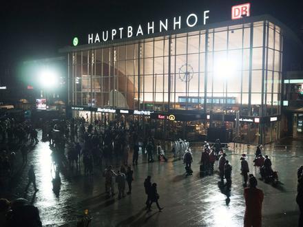 La nuit de la Saint-Sylvestre, à Cologne, le parvis de la gare a été le théâtre d'agressions sexuelles de masse. Les suspects sont essentiellement nord-africains.