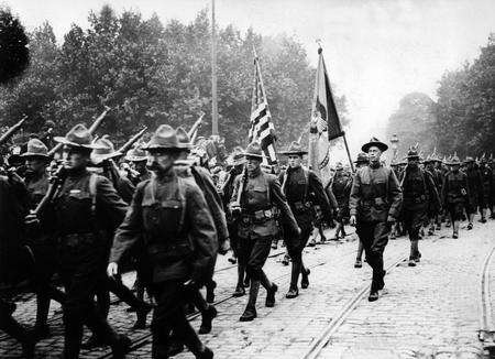 Troupes americaines en marche vers Paris, en 1917.