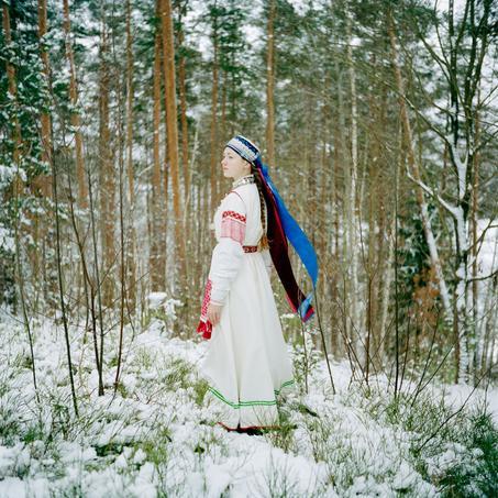 Une jeune femme Setos, une éthnie finno-ougriènne. Entre mythe et réalité, entre modernité et tradition, à la fois en Union Européenne et en Fédération de Russie, à cheval sur une frontière internationale et à peine âgé de 22 ans, se trouve le jeune royaume du Setomaa. Cette région comprendrait l'ethnie sédentarisée la plus ancienne d'Europe: les Setos.