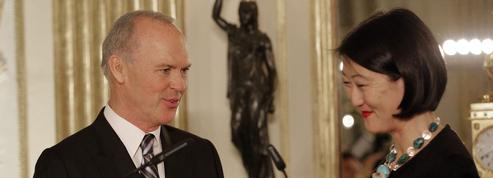 Michael Keaton décoré des Arts et Lettres par Fleur Pellerin