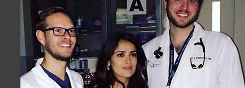 Salma Hayek, légèrement blessée, admise en topless aux urgences
