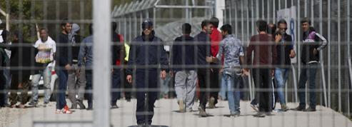 Les CRS à Lesbos, en civil, sans arme, mais avec menottes